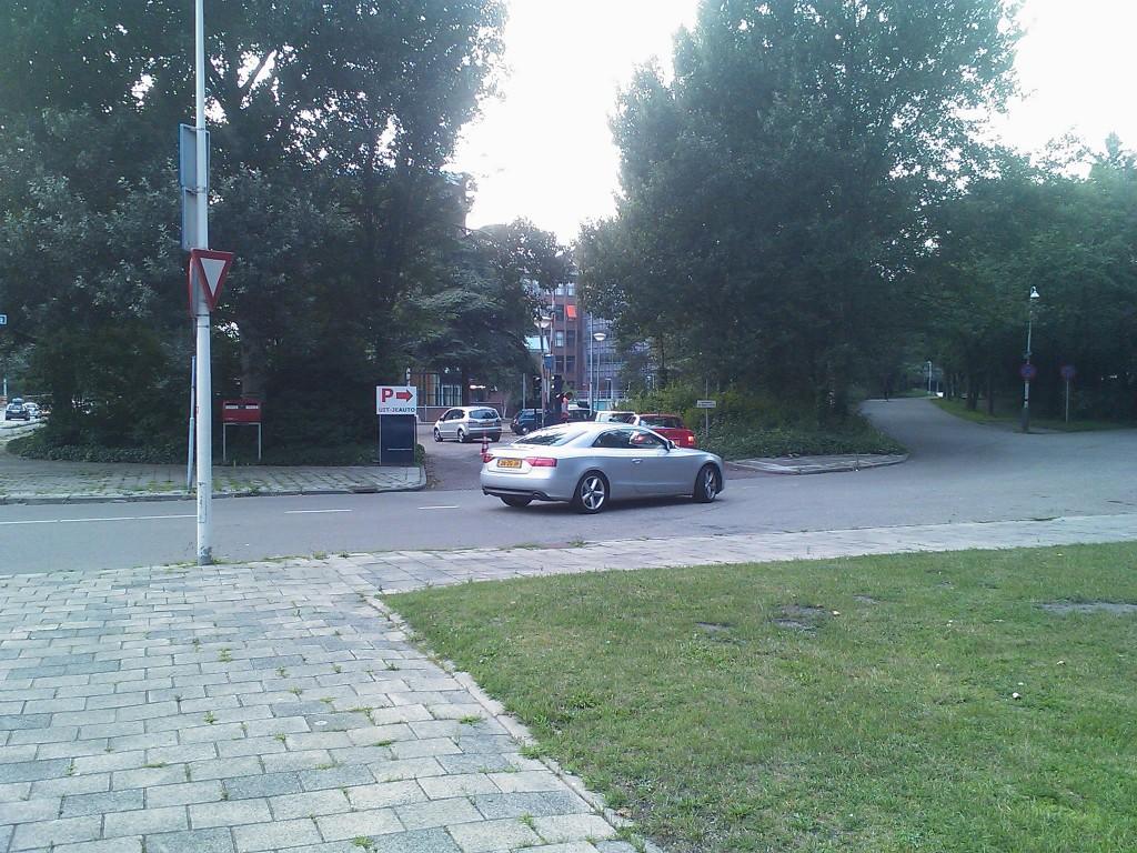 Auto´s rijden de parkeergarage in bij het ministerie van Verkeer en Waterstaat