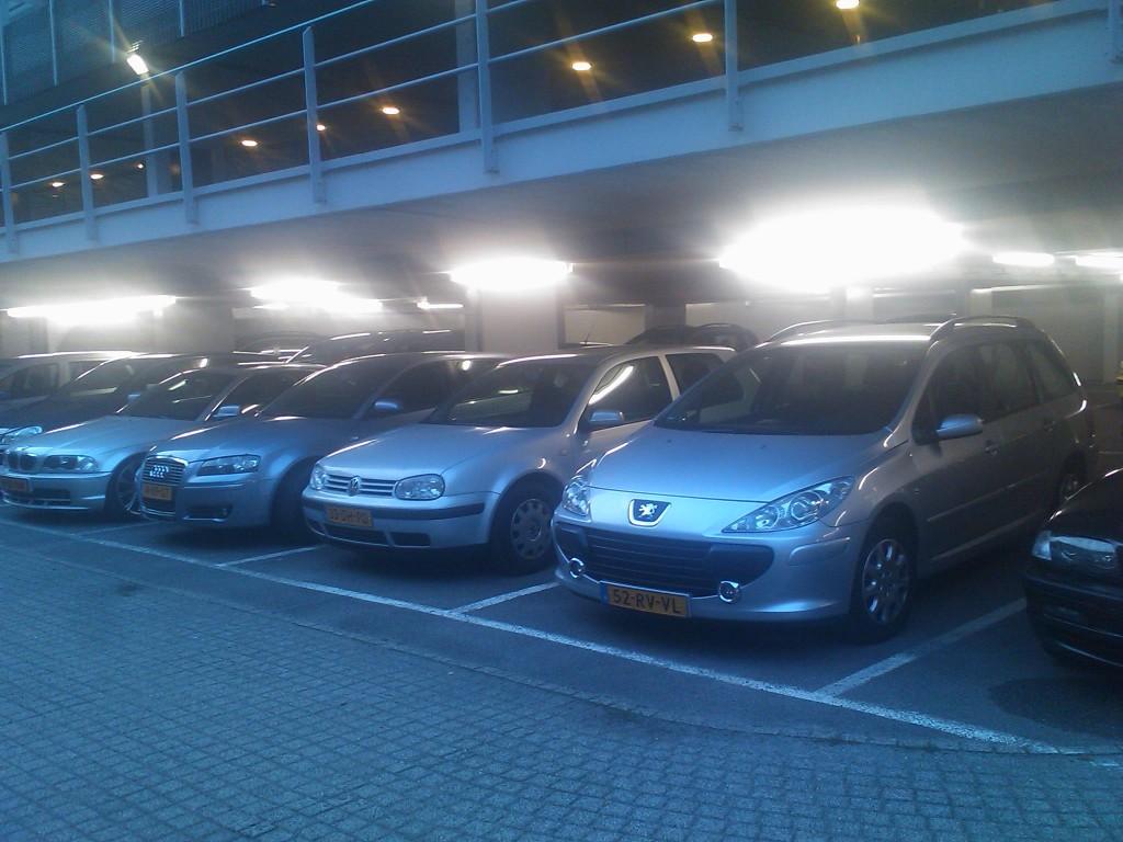 De parkeergarage van het ministerie werd binnen een uur compleet gevuld met auto's van bezoekers aan het Vuurwerkfestival.